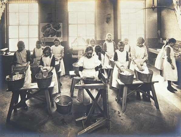 Photo of washing class at Tennyson Street Laundry Centre, Clapham [image copyright The Womens Library, London Metropolitan University]