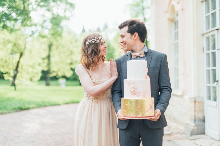 Blush and gold wedding cake | Romantic Ethereal wedding inspiration { Fresh and Subtle Shades } Photography : pshefter.com | read more on fabmood.com #weddinginspiration ::