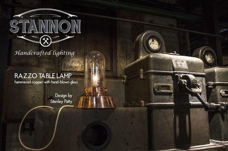 De ''RAZZO'' tafellamp ontwerp van Stannon is een leuke opvallende lamp voor op je bureau, dressoir of open kast. De voetstuk is van koper en is hamerslag gevormd. De glazen stolp is ambachtelijk handgeblazen.