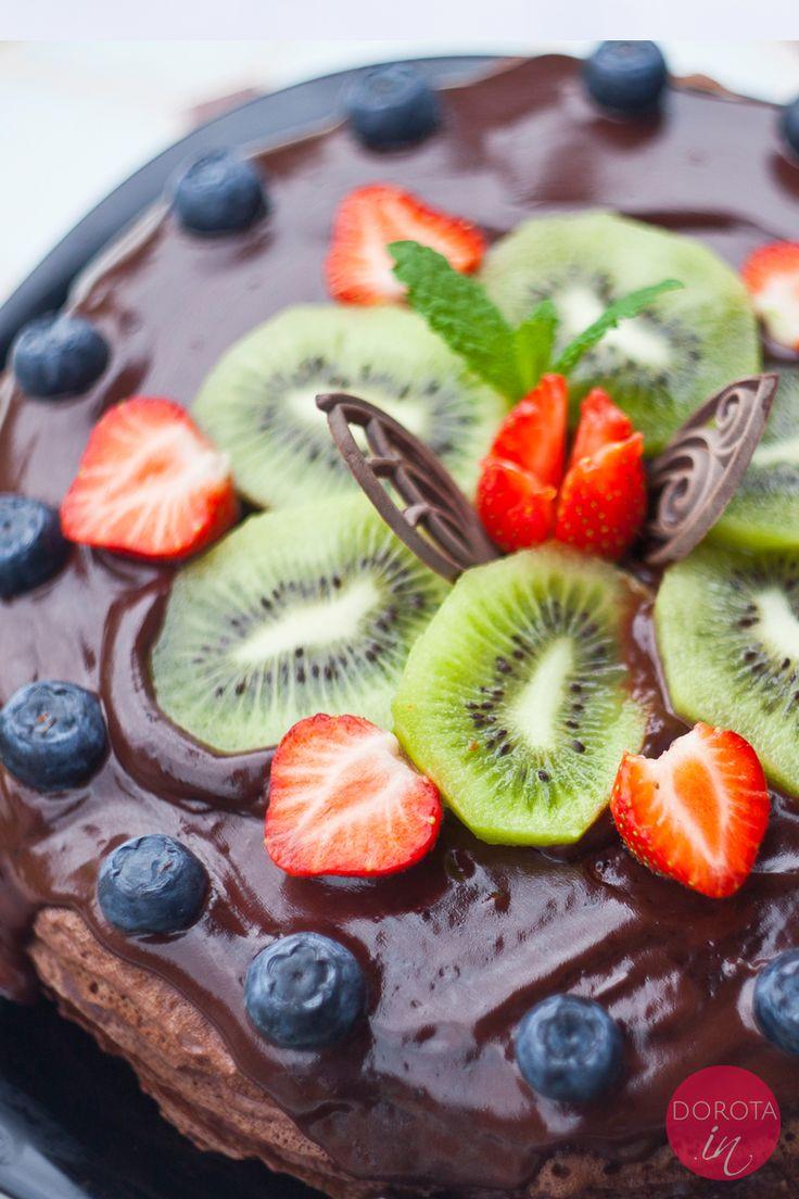 Tort naleśnikowy czekoladowy z kremem z mascarpone lub beznabiałowym kremem z awokado, polewą czekoladową i dekoracją ze świeżych owoców.  http://dorota.in/tort-nalesnikowy-czekoladowy/  #food #kuchnia #tort #cake #przepis #baking #wypieki