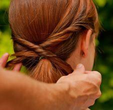 Perfeito para o dia a dia e outros eventos menos formais, o rabo de cavalo é atemporal e combina com todas as texturas de cabelos. Com alguns minutos e pouca prática, é possível desfilar por aí com o ...