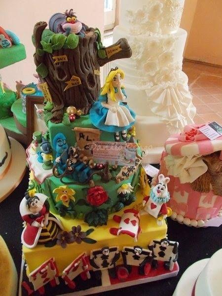 """Alice in Sugarland al """"Cake Fest Italia"""" Al Belvedere di San Leucio (Ce), il 25, 26 e 27 ottobre 2013 si è svolto il Festival del Cake Design.  Tra le torte esposte ecco anche la mia torta: Alice in Sugarland!"""