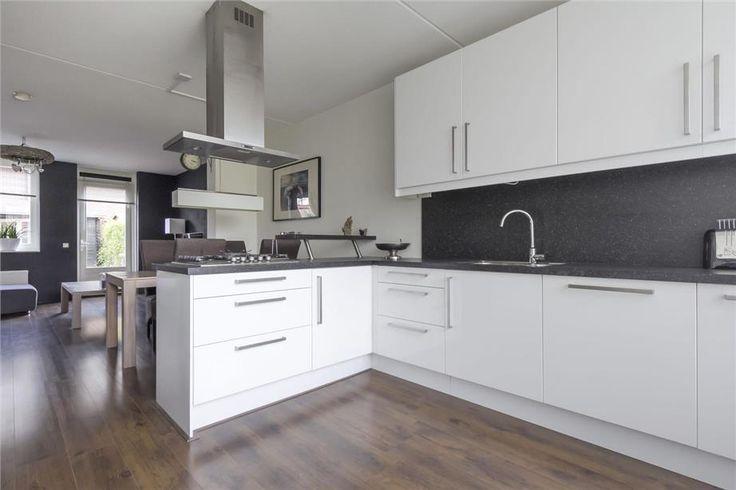 Witte, kunststof keuken, in hoekopstelling