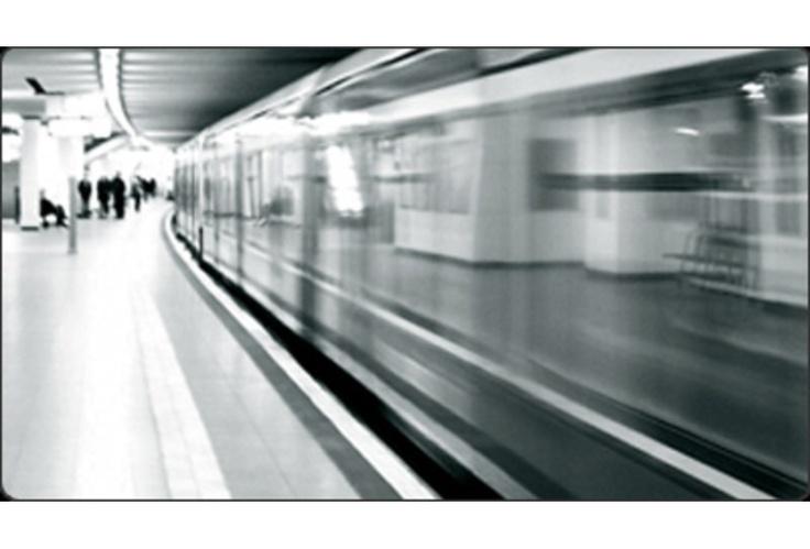 Un'Istant Tv che trasmette in esclusiva nelle metropolitane di Milano e Roma, con un network di 348 schermi posizionati nelle banchine di attesa di 52 stazioni della metropolitana.