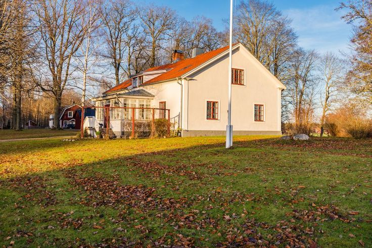 Huset ligger vackert inbäddat i det Sörmländska landskapet