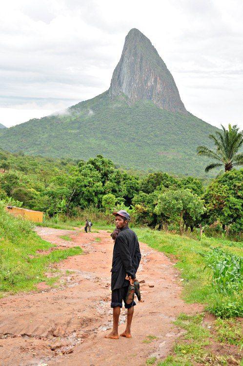 Monte Luvili, Angola (reminds me of pride rock lol) até parece estradas dos interiores das gerias,mg/ br