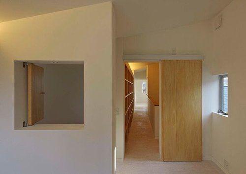 読書家の一家のため三階の廊下に本棚。小窓からは二階リビングが見下ろせます。 #阿倍野の家 #arbol #建築デザイン #デザイン住宅 #インドアコート #混構造 #3階建て#houseinabeno #japanarchitect