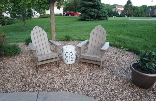 Love this little sitting area for the front yard, and especially love that she used mulch instead of stone!   www.countingwillows.com
