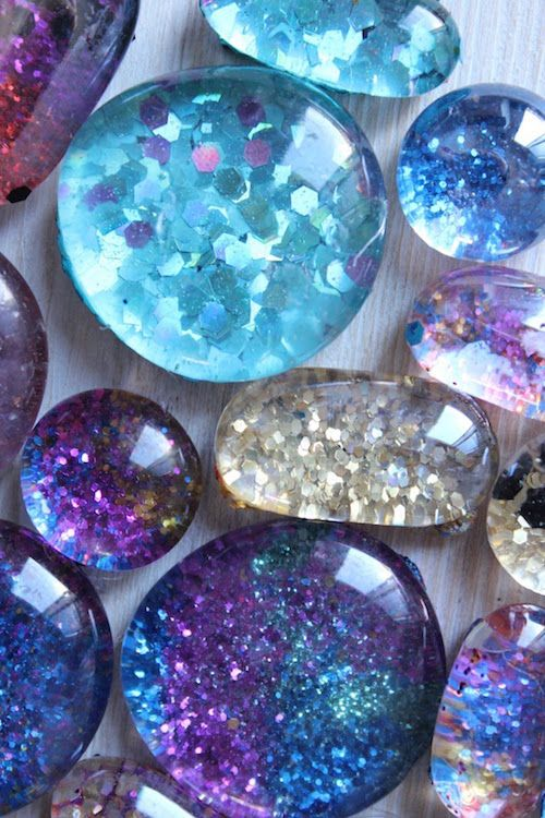 DIY Glitter Magnets - they look so pretty! Show your kids  this one!