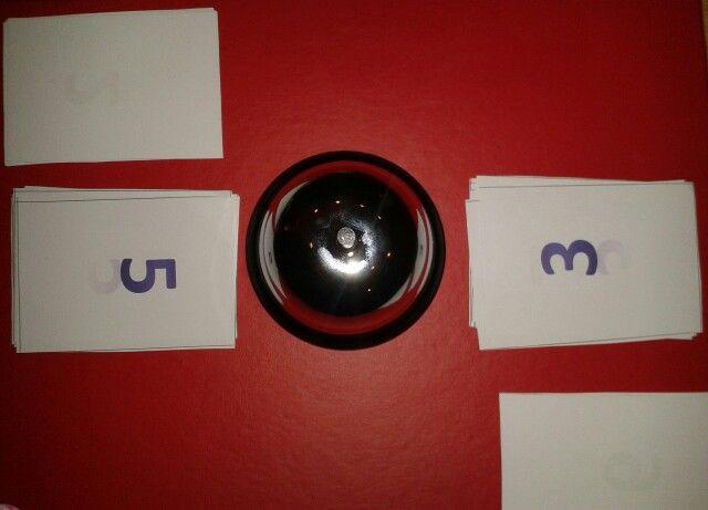 Samen 10! Rekenspel met de bel. Ligt er samen 10 dan mag je bellen en win je de stapel open kaarten van de ander!