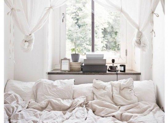 Inspiratie: Deze slaapkamers zijn klein maar héél fijn   NSMBL.nl kleinste slaapkamer: bed tegen het raam, brede vensterbank