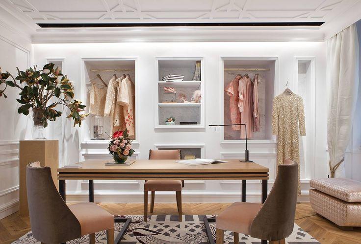 Zona de vestidor donde podemos observar la utilización de colores femeninos como el dorado. #details #deco #decoracion #interiordesign #interiorismo #arquitectura #room #homedecor #clothing