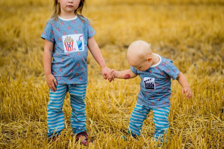 """Jetzt hat Sophia sogar einen Strohhalm auf dem Shirt, neben der prallvollen Popcorn tüte. Alex Bäuchlein schmückt hingegen eine Filmklappe: """"My Life""""! Damit sind die Beiden mit den Shirts aus dem brandneuen Design """"Little Things in Life"""" von Cherry Picking bestens ausgestattet und haben mal wieder ein Geschwisteroutfit! Schnittmuster der Shirts: Eazzy Shirt von Sara & Julez, Hose Sophia: Three Pieces aus Ottobre 4/2015, Hose Alex: Freebook Babyhose RAS von Nähfrosch. #nähen"""