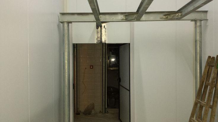 εδω διακρινουμε στο βαθος την διακινηση να περναει απο τον ειδικο σχεδιασμο πανω απο την πορτα