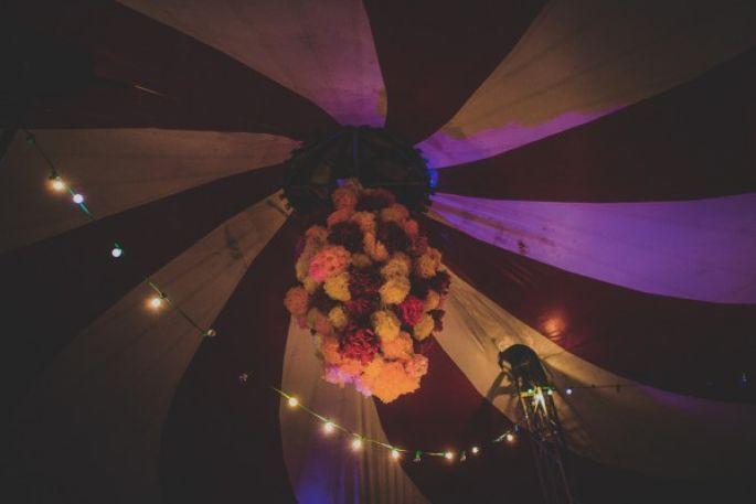 Idée de déco florale pour un mariage sous un chapiteau de cirque