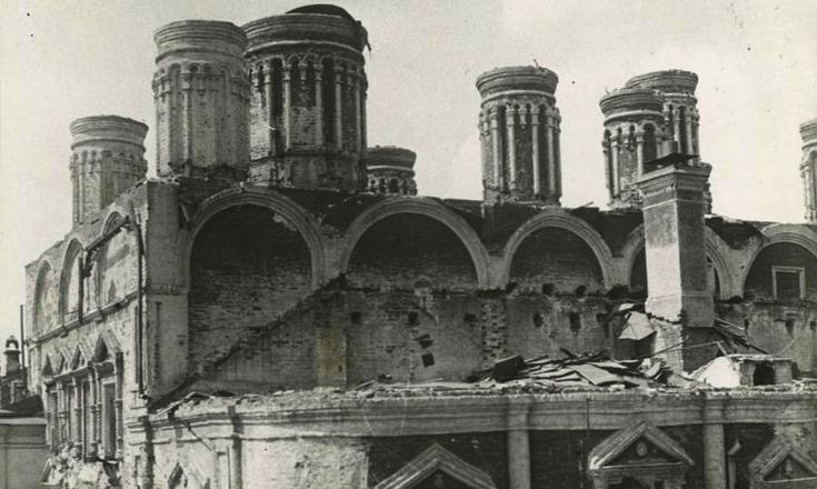 1929 г. Разборка Алексеевской и Благовещенской церквей Чудова монастыря.