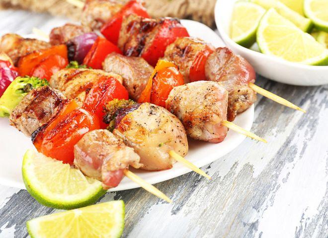 Шашлык из курицы с медом и соком лайма   Ссылка на рецепт - https://recase.org/shashlyk-iz-kuritsy-s-medom-i-sokom-lajma/  #Птица #блюдо #кухня #пища #рецепты #кулинария #еда #блюда #food #cook