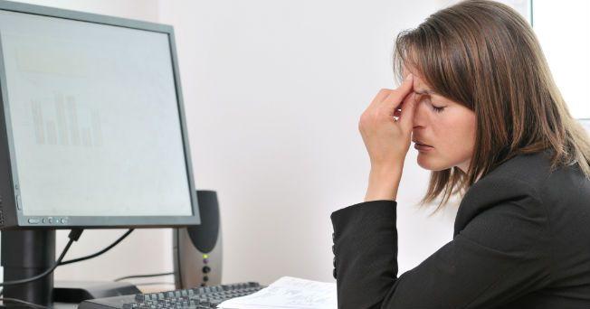 Ojos irritados, dolor de espalda y piernas inflamadas, son los efectos secundarios de trabajar frente a una computadora. La lesión del ordenador es un padecimiento frecuente entre los trabajadores debido a malos hábitos posturales, ocasionando dolor y ausentismo. No es tan difícil reducir las molestias, basta con adoptar hábitos correctos y practicar regularmente unos sencillos ejercicios para aliviarlas de forma considerable. Posturas correctas 1. Ojos: para que no sufran, el monitor debe…