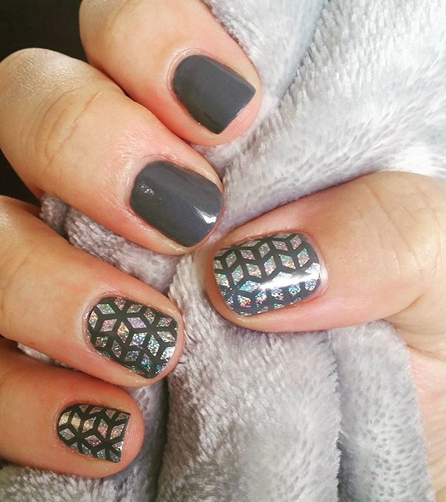 Geo Diamond made for the perfect accent nails! #jamberry #hazygreyjn #geodiamondjn #accent #holographic