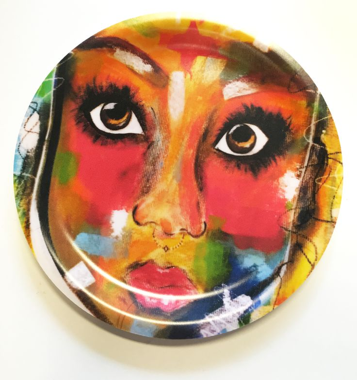 Glasunderlägg 11 cm med skålad kant, används smed fördel som fat när man sitter ute.  http://www.brownbetty.se/#!blank/l62lg/d27590e7-a728-eb0d-bb92-c566e96e9792