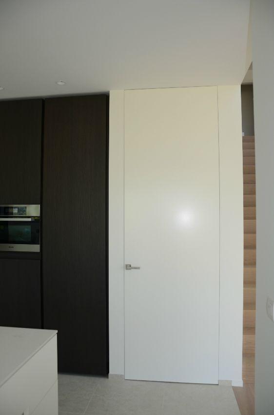 Puertas blancas cocina. Puertas integradas. Puertas sin marco. Puertas invisibles.  #arcon #xinnixspain