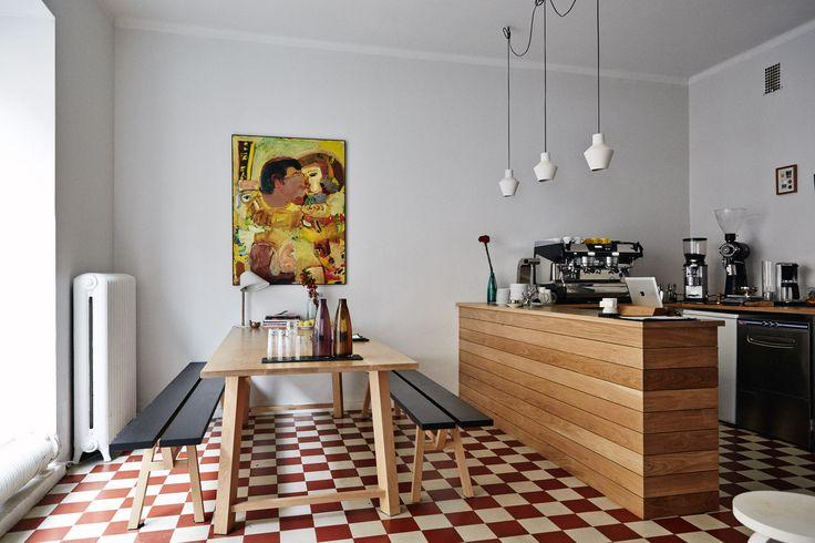 Kalle Freese je finský baristový šampion a tak není divu, že si vždy přál otevřít svou vlastní kavárnu. To se mu podařilo a tak můžete ve finském...