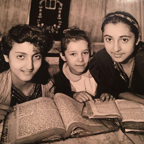 """farsi-harf-bezan: """"Trois jeunes filles juives Bukharian étudient les livres en…"""