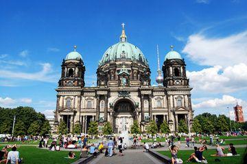 ルター派の礼拝を行っている大聖堂。堂々とした佇まいがひときわ目を引く。ベルリン 旅行・観光おすすめスポット!