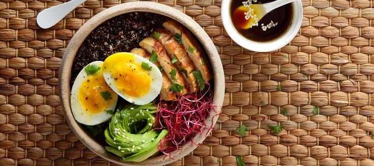Essayez notre recette de power bowl au poulet mariné et aux œufs Label Rouge. Un petit délice à la fois healthy et réconfortant, parfait pour un dej' du dimanche anti gueule de bois.