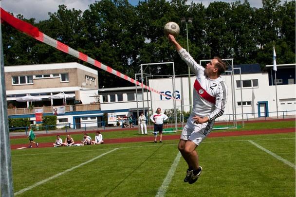 #Landesturnfest in #Osnabrueck, 22.07.2012, #Faustball (OS-Nachbarnfoto: Wilfried Borchert) http://www.noz.de/bildergalerien/65583661/landesturnfest-geraeteturnen-faustball#