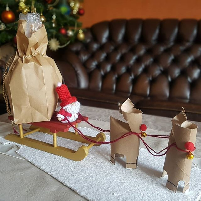 Ist das nicht süß? Das hat unsere Esra für Weihnachten gebastelt. Das Geschenk ist auf dem Schlitten in dem Sack. Eigentlich ist der Schlitten schon Geschenk genug 😍 #instablogger #deko #dekoration #geschenkideen #cute #santa #rentier #reindeer #selfmade #basteln #bastelqueen #schlitten #weihnachten #christmas #look #followme #gift #home #homemade #idee #omg #süß #love #beautyful #bag