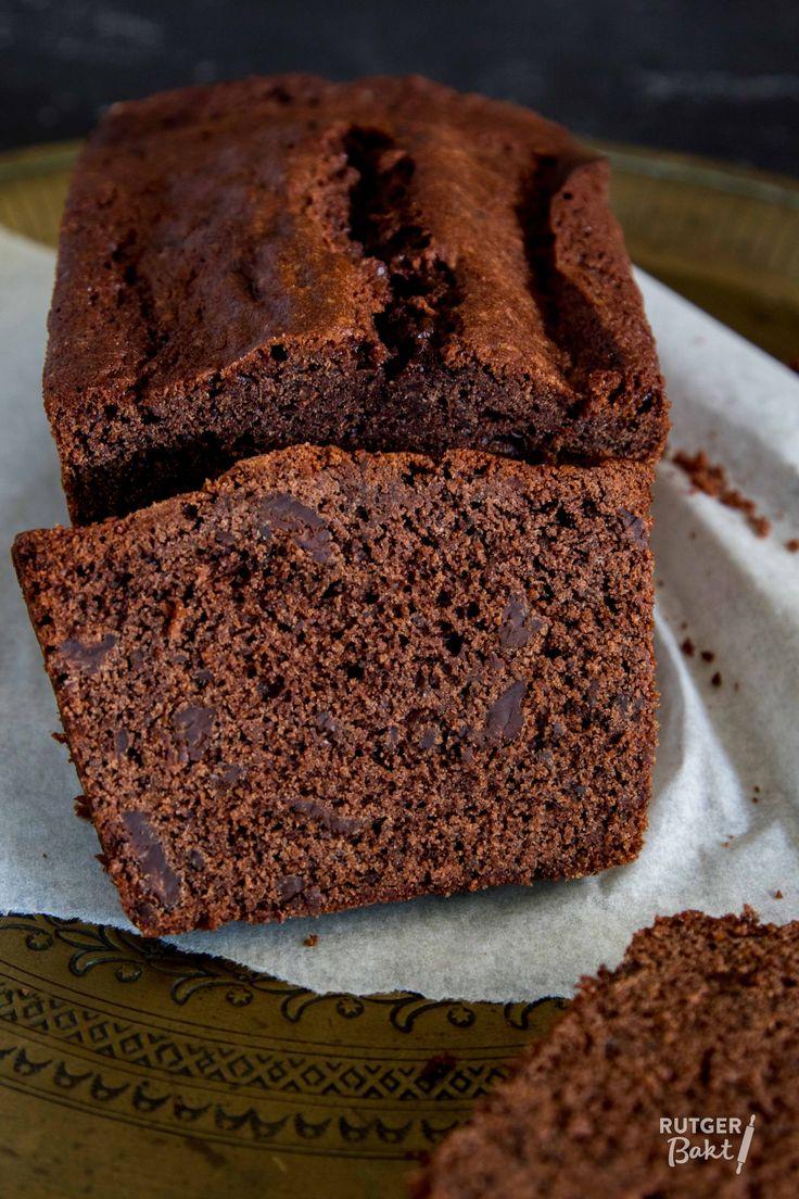 Om deze chocoladecake een goede chocoladesmaak te geven voeg ik zowel cacaopoeder als stukjes gehakte pure chocolade toe.