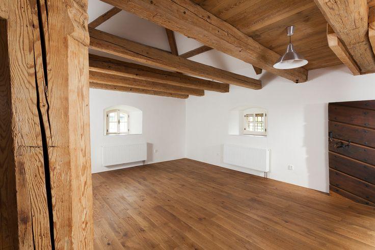 Realizace dřevěné masivní podlahy Exclusive floors Bronx ve středověkém stavení. www.exclusivefloo....