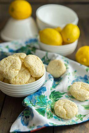 Посмотрите на эти нежные белые печенюшки с лимонным вкусом. Они такие милые и нежные, совершенно мягкие и пористые. А цвет какой, они почти белые. На вкус лимон и лёг�…