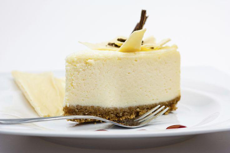 Dit heerlijke recept voor een witte chocolade cheesecake kregen we vanlezeresCarina.So good! Doe de koek en (zachte) boter in een keukenmachine en maal het samen fijn. Als je geen keukenmachine hebt, doe dan de koekjes in een theedoek en ga er met een deegroller overheen. Daarna met de hand de boter erbij en kneden maar. …