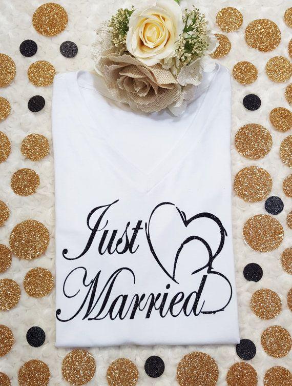 Bienvenue sur JoyfulTee! «Just Married» chemise--disponible en deux styles différents: forme-ajustage de précision ou v-Neck FIT DÉTENDU. {Description}: --chemises de v-cou doux et confortable dans deux styles différents à choisir --BLACK glitter impression sur chemises blanches --Impression sur t-shirts gris chiné foncé rose, de noir, argent paillettes --d'autres couleurs d'impression disponibles--s'il vous plaît voir ci-dessous Forme-ajustage de précision: --gris chiné foncé et rose…