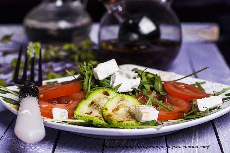 Оригинал взят у manyasha_p в Салат с рукколой и цукини Ингредиенты: цукини - 2 шт руккола - 150 г помидоры - 3 шт фета или брынза - 100 г оливковое масло и бальзамический соус…