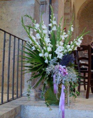 DECORAZIONE ESTERNO Matrimonio a tema lavanda- Composizioni e centrotavola del: www.illavandeto.com - Composizione per Chiesa con gladioli e lavanda blu essiccata