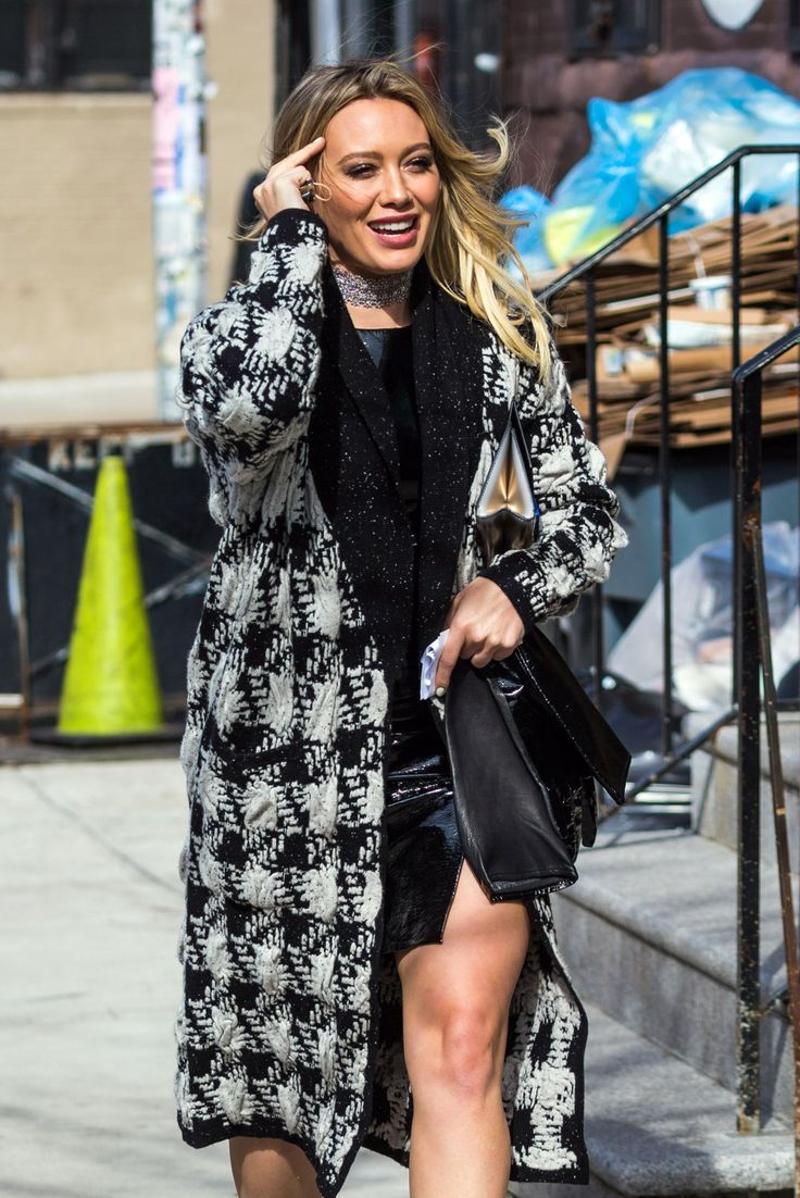 """#HilaryDuff, #NYC, #TV Hilary Duff With Her Co-Star Molly Bernard - Filming For New Season of """"Younger"""" TV in NYC – 04/03/2017 