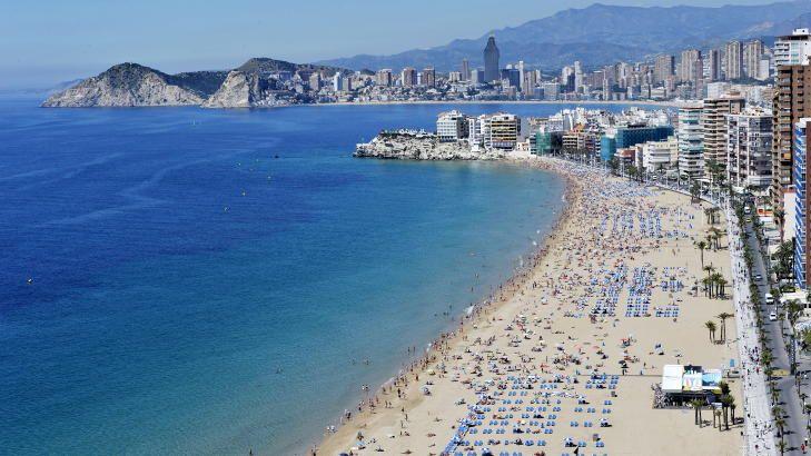 BADEBY: Benidorm var den første byen i katolske Spania hvor badegjestene lovlig kunne gå med bikini på stranda. Foto: JOHN TERJE PEDERSEN