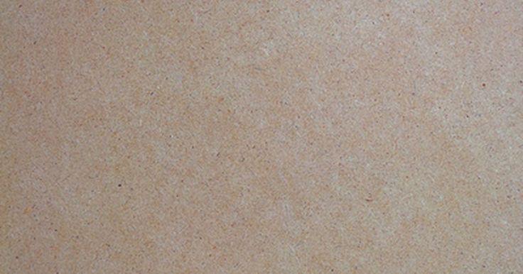 """Como pintar MDF. O MDF (painel de madeira industrializada, ou """"Medium Density Fiber"""", em inglês) é usado em muitas aplicações. É de fácil fabricação e tem uma vantagem nítida quando trabalhado. Serve para acabamentos interiores, armários, móveis, estantes, e moldagem. O MDF é menos caro do que a madeira sólida e proporciona uma superfície lisa e plana. O problema ..."""