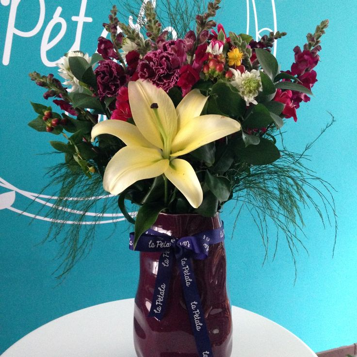 Florero de espuma: Flores variadas con lirios en un florero de cerámica color vino. Solicítalo ya: Teléfono +571 2159030 o al correo electrónico clientes@lapetala.com.                Precio: $ 115.000