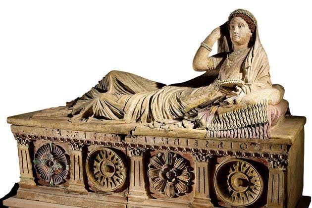 De drakk menn under bordet, så på nakne boksere og beholdt sitt eget etternavn. Ifølge opprørte greske historieskrivere hadde de etruskiske kvinnene like stor frihet som menn.