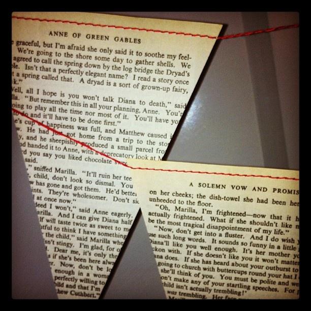 Vlaggenlijn van papier uit oude boeken