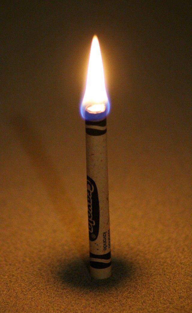 Esqueça as velas de emergência, um giz de cera queima durante meia hora