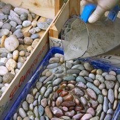 Aus Beton und Kieselsteinen lassen sich mit wenig Aufwand schöne Trittplatten für den Garten gestalten. Wenn Sie jede Platte mit einem individuellen Mosaik verzieren, werden aus den profanen Betonplatten richtige kleine Kunstwerke. Hier zeigen wir Ihnen, wie Sie solche Mosaikplatten selber machen.