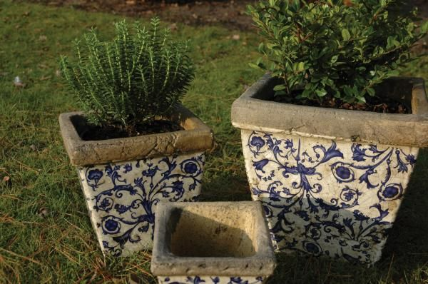 Antikolt kerámia, szögletes virágcserép szett, kék-fehér virág dekorációval, három különböző méretben. Hozzájárul otthona szépségéhez és kertje vidéki hangulatához.