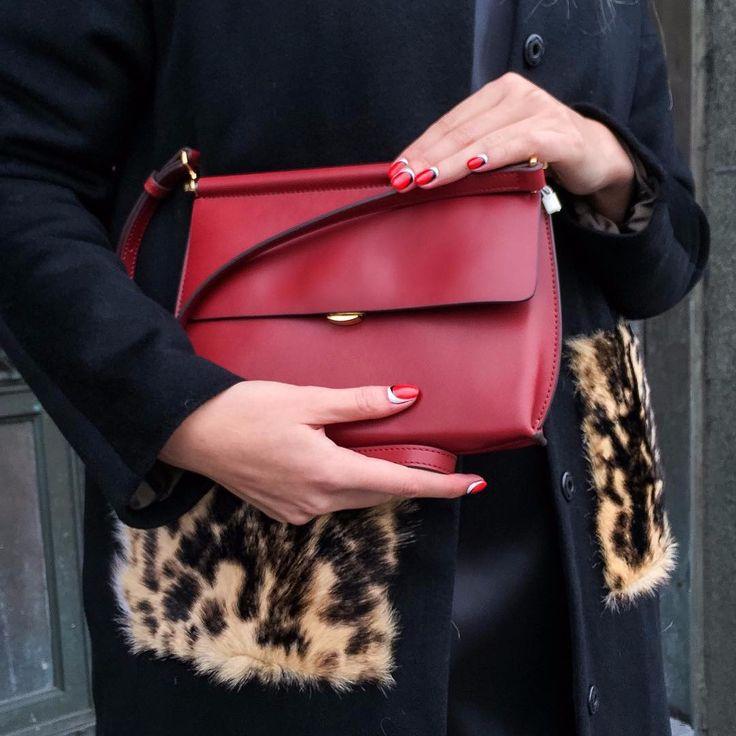✨MUST HAVE✨HIELEVEN - американский бренд сумок из высококачественной кожи, по весьма демократичным ценам. Бренд славится своим простым и лаконичным дизайном.Предлагаю взять вам на заметку, ведь такой аксессуар впишется абсолютно в любой гардероб☝🏻️P.S. а за шикарный маникюр спасибо нашим друзьям @pilki_nail ❤️