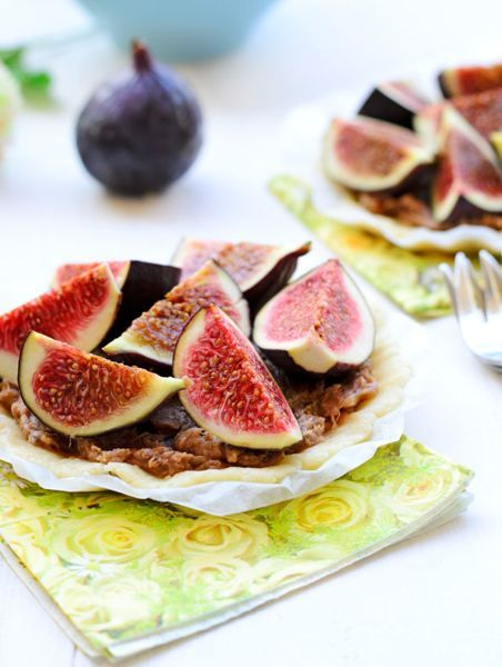 Rustic Raw Tart with Caramel Filling and Fresh Figs. Strict Vegans: use maple syrup, coconut nectar, agave nectar vice honey.