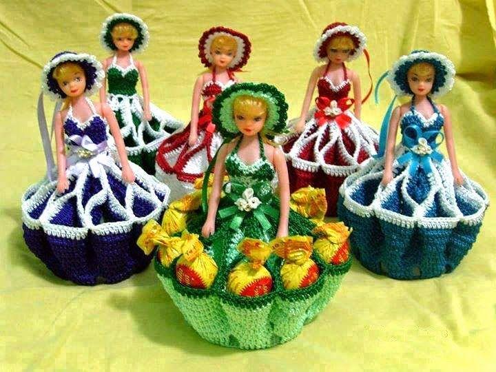 Necesitamos la mitad de una muñeca tipo barbie o similar de tamaño mediano, hilo sedificado del color que quieras y una botella plasti...